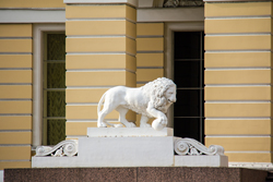 Львы на входе в Русский музей в Санкт-Петербурге