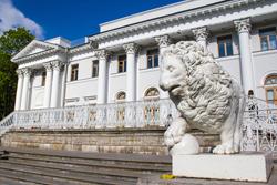 Львы на Елагином острове в Санкт-Петербурге