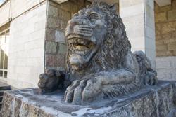 Львы у зоопарка в Санкт-Петербурге