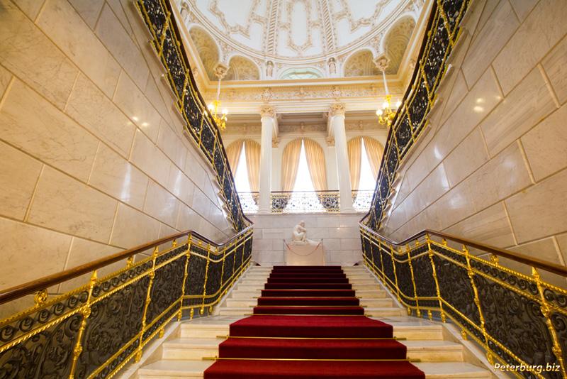 Музей Фаберже в Санкт-Петербурге - парадная лестница